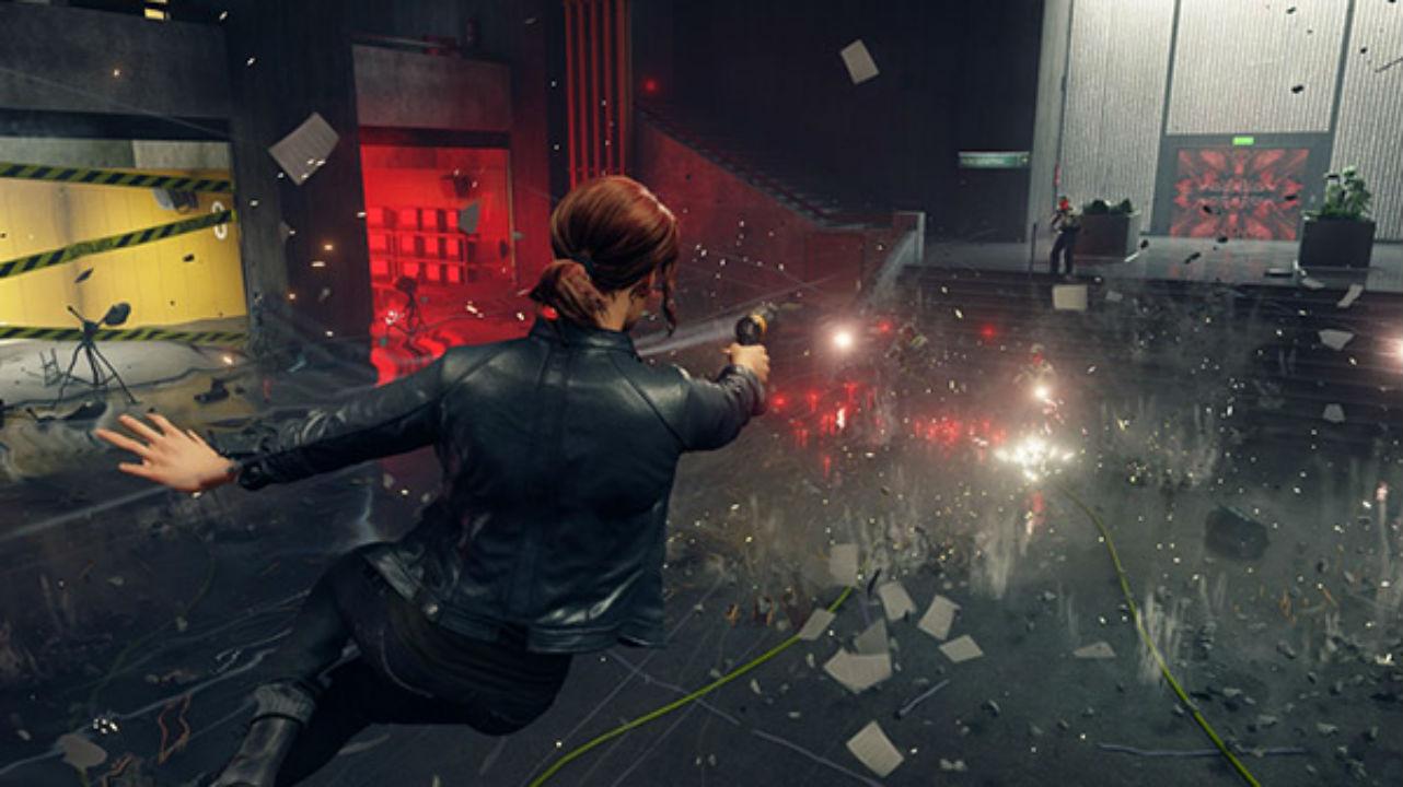 Cena de gameplay de Controle, com a protagonista atirando em soldados e destruindo o cenário.