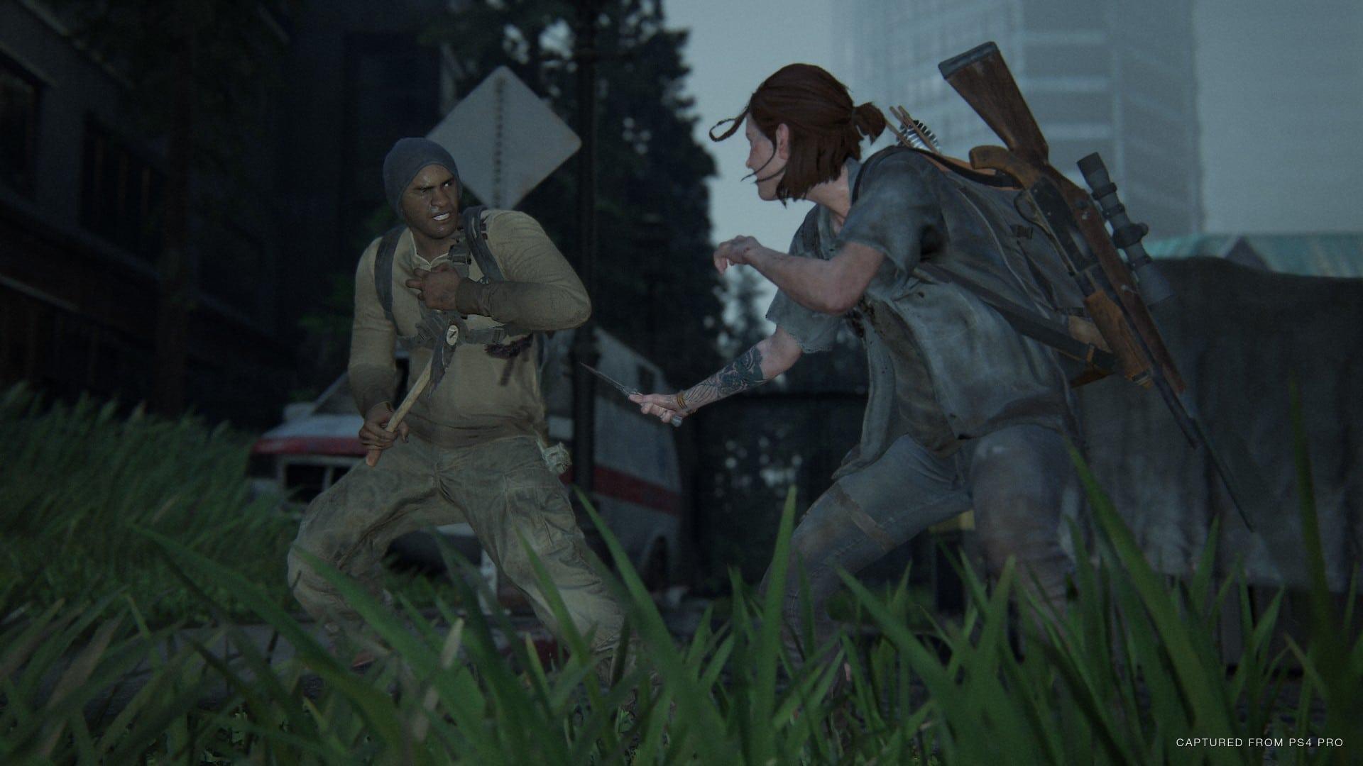 Ellie enfrentando um inimigo armado nas ruas de Seattle em The Last of Us Part II