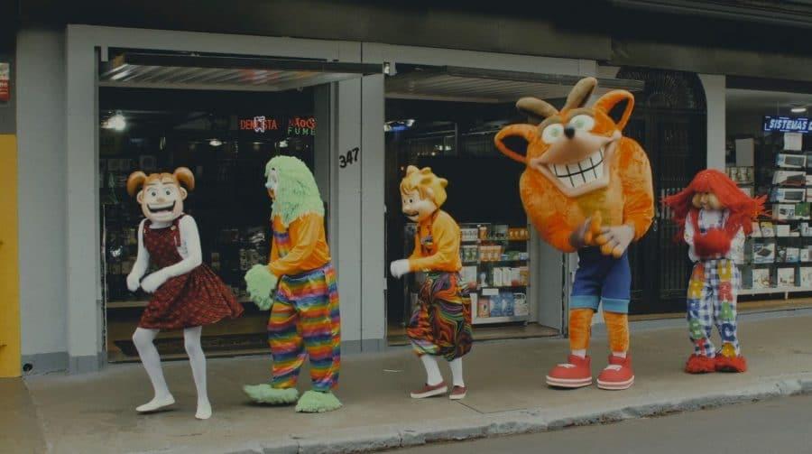 O QUÊ? Crash Bandicoot encontra Carreta Furacão em comercial