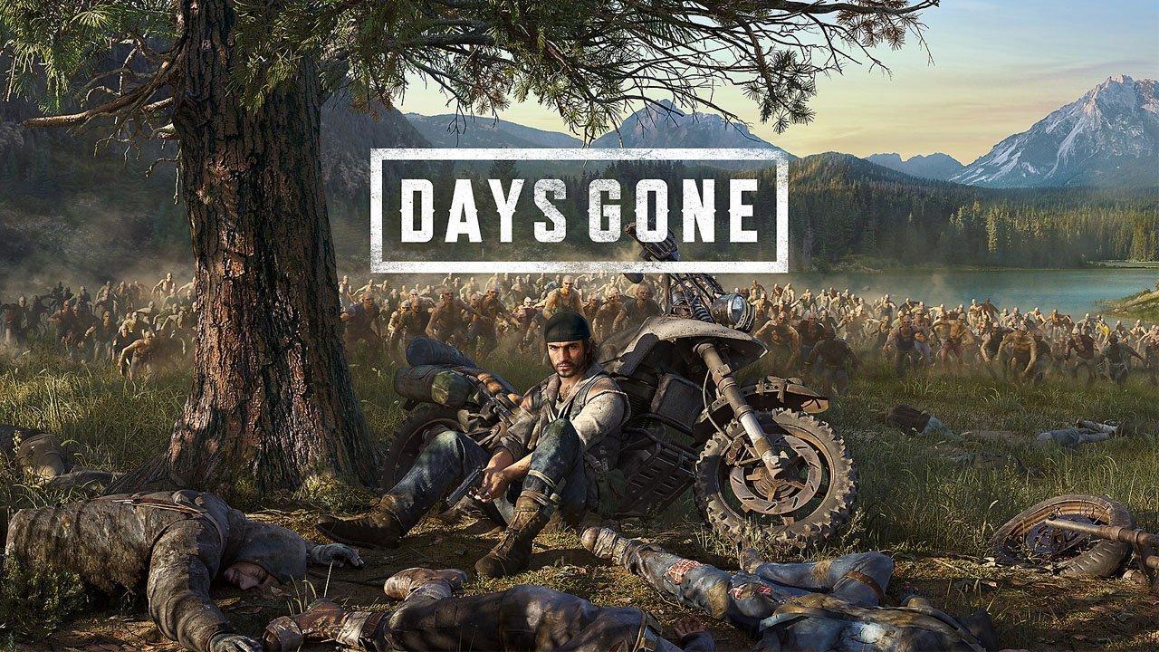 Deacon, protagonista de Days Gone, sentado em baixo de uma árvore e encostado em sua moto, enquanto ao fundo zumbis se aproximam.