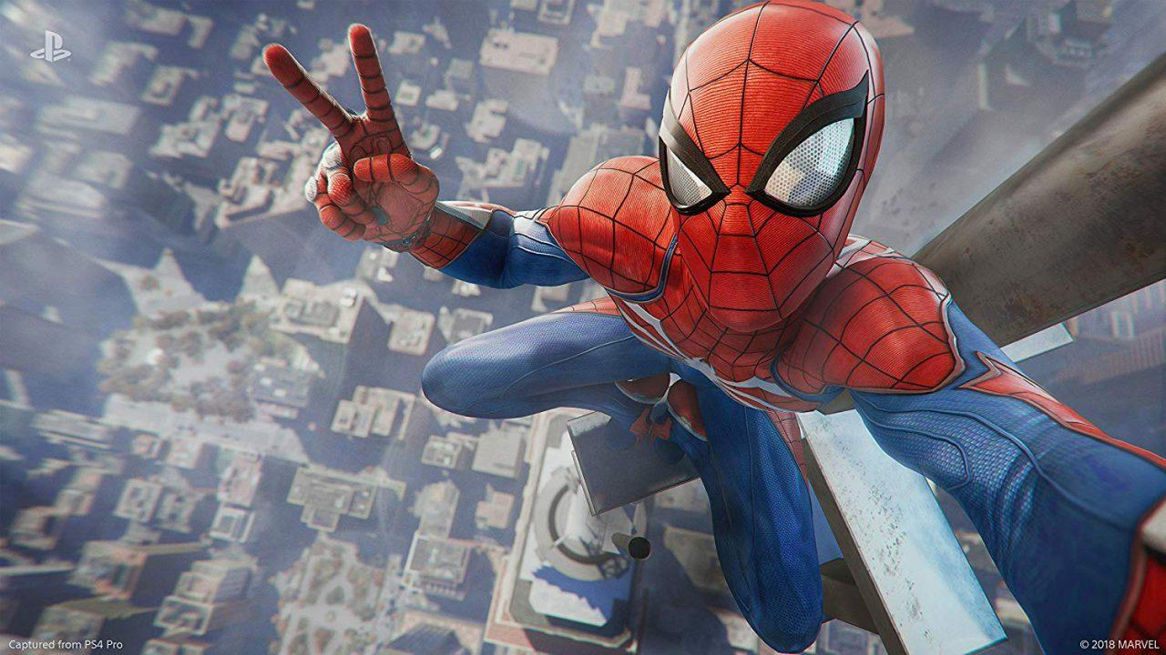 Spider-Man no topo de um prédio fazendo pose para uma selfie.