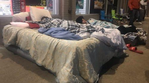 Norte-americanos acampam em frente às lojas em busca do PS5