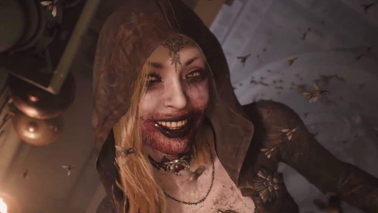 Filha de lady dimitrescu, nova vilã de Resident Evil Village, com a boca ensanguentada e capuz preto.