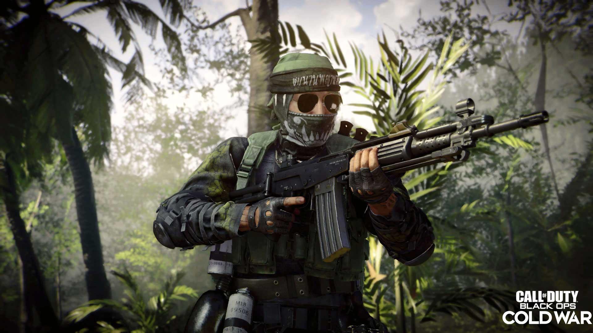 Soldado de Call of Duty: Black Ops Cold War se movendo na floresta