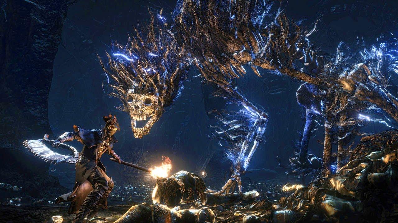 Caçador de Bloodborne enfrentando um monstro.