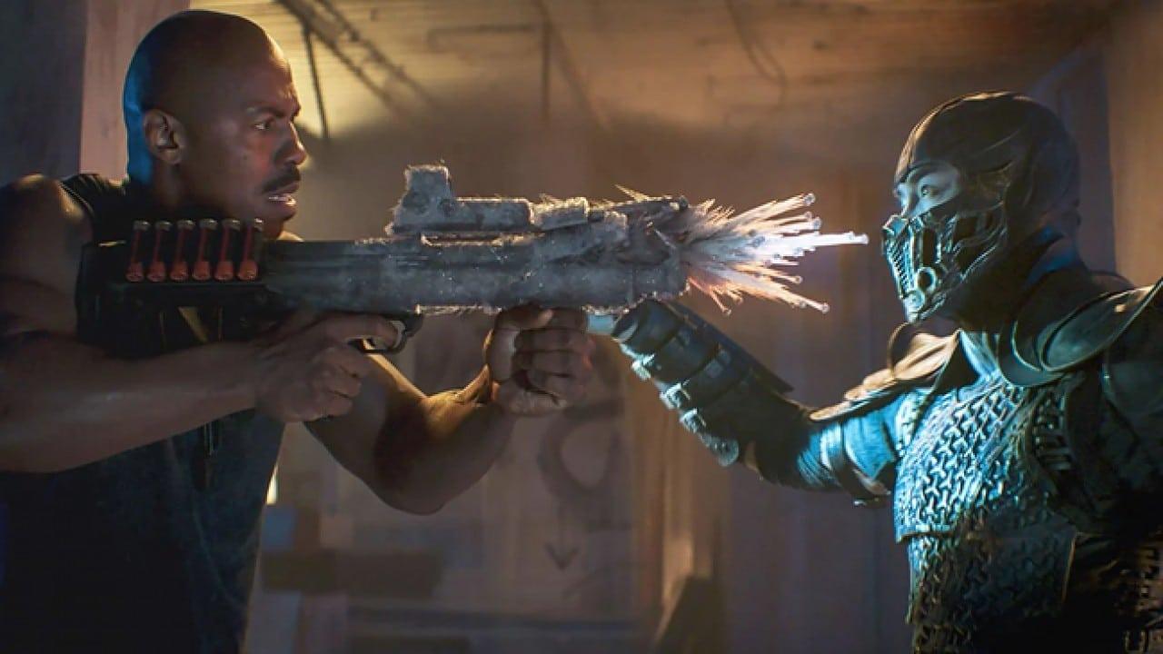Sub-Zero congelando Jax em cena do novo filme de Mortal Kombat.