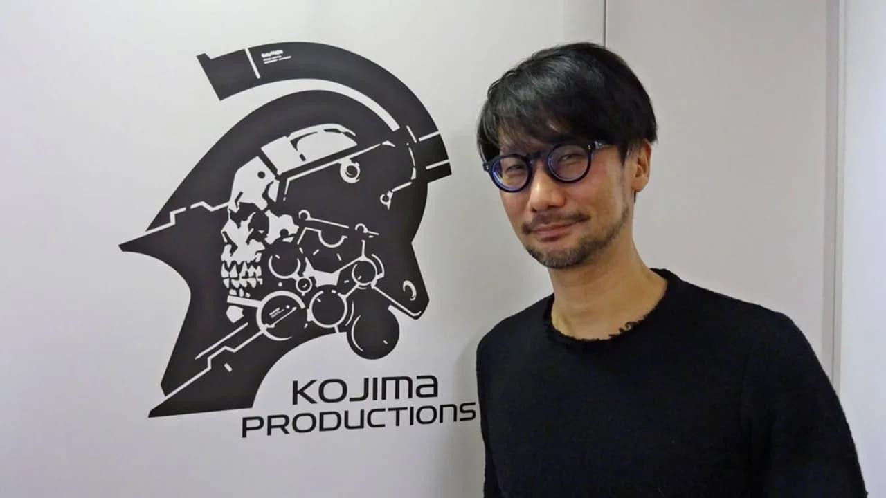 Hideo Kojima com o logo da Kojima Productions ao fundo.