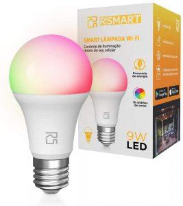 foto de uma Smart lâmpada da marca RS, como se estivesse acesa com várias cores entre elas verde, amarela, vermelha e rosa, junto com sua caixa com impressos