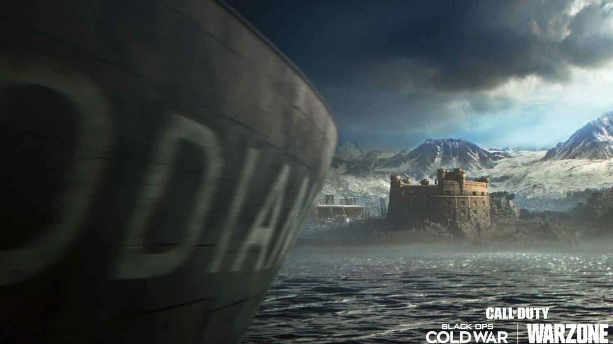 Navio no mar em Warzone indo em direção à costa.