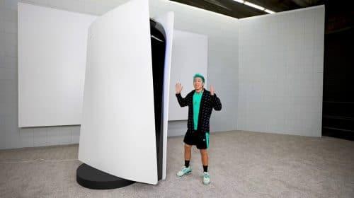 YouTuber paga US$ 70 mil por PS5 de 3 metros (que funciona)