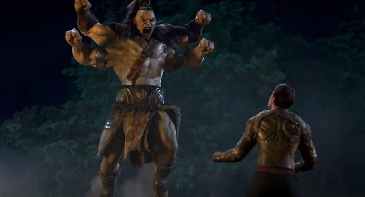 Goro lutando contra um adversário no filme Mortal Kombat.