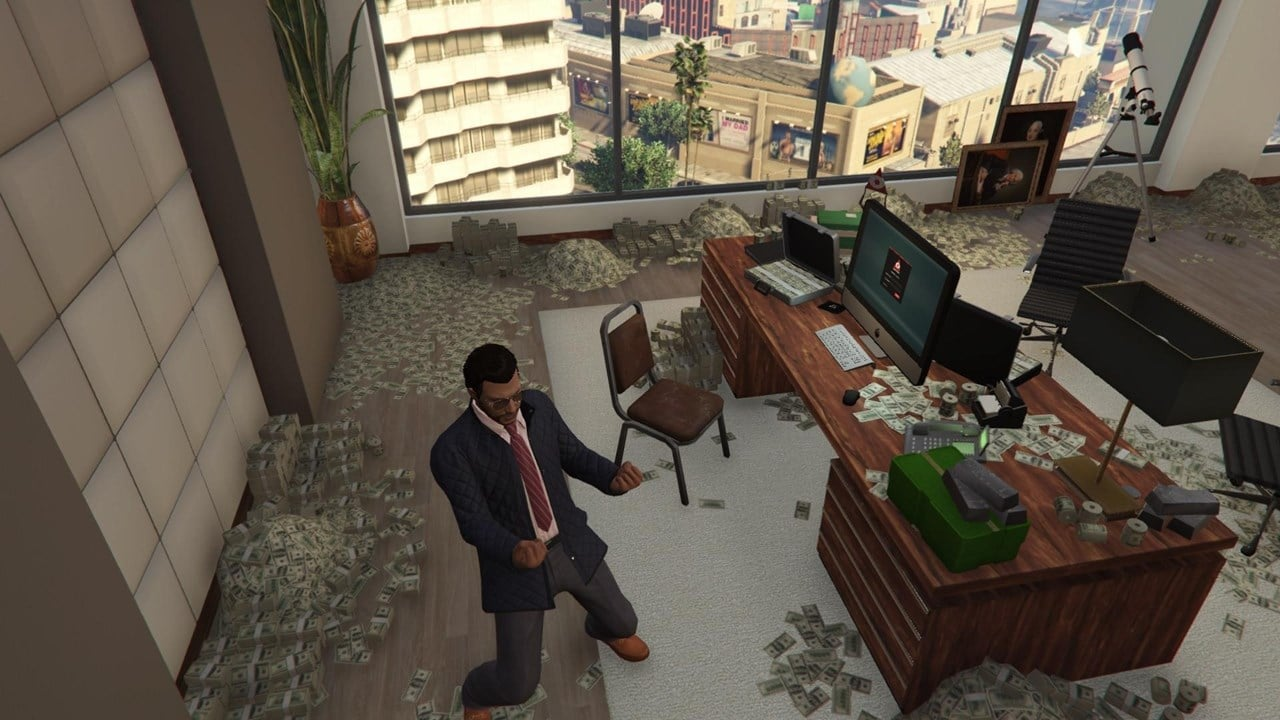 Apartamento cheio de dinheiro espalhado pelo chão enquanto um personagem comemora em GTA Online.