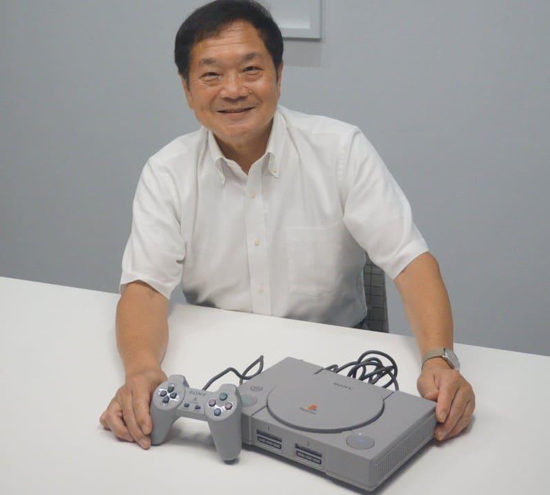 Ken Kutaragi segurando um console PlayStation