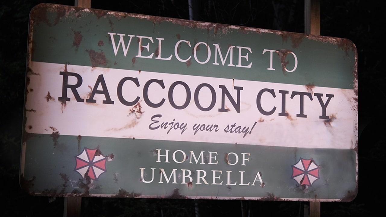 Icônica placa de boas vindas aos visitantes de Raccoon City em Resident Evil.