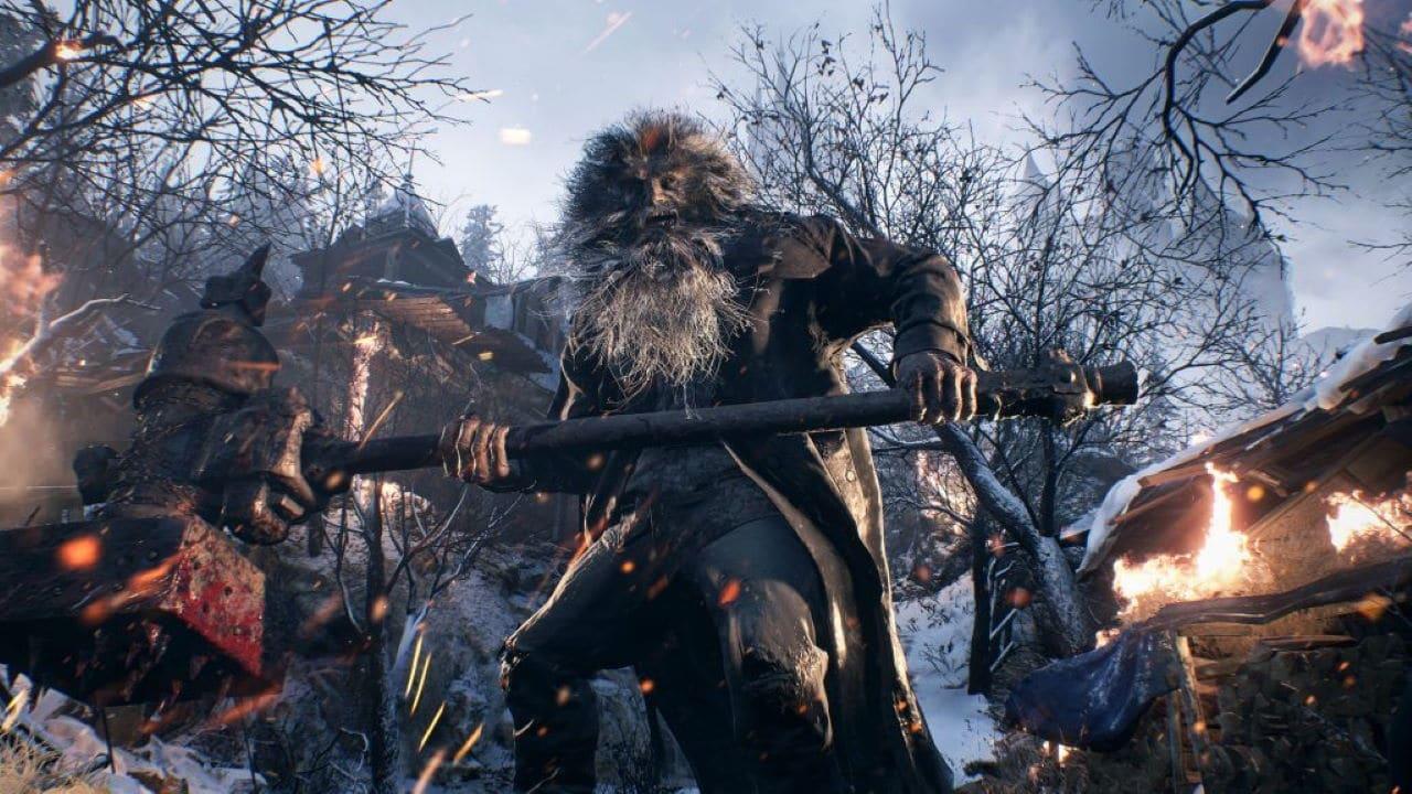 Um dos inimigos de Resident Evil Village descabelado e segurando um martelo gigante nas ruas do vilarejo nevado.
