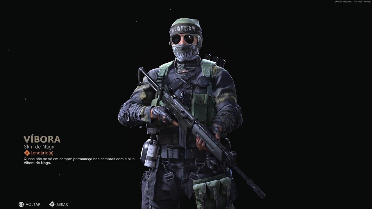 Operador Naga de Call of Duty com a skin Víbora, segurando uma arma e com uma máscara tampando uma parte do rosto, com óculos e bandana na cabeça
