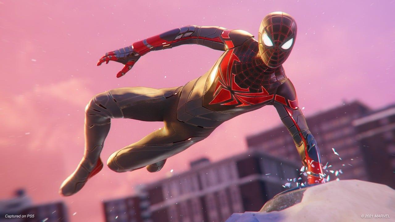 "Miles Morales desfilando em seu novo traje ""Advanced Tech Suit"" em Marvel's Spider-Man: Miles Morales"
