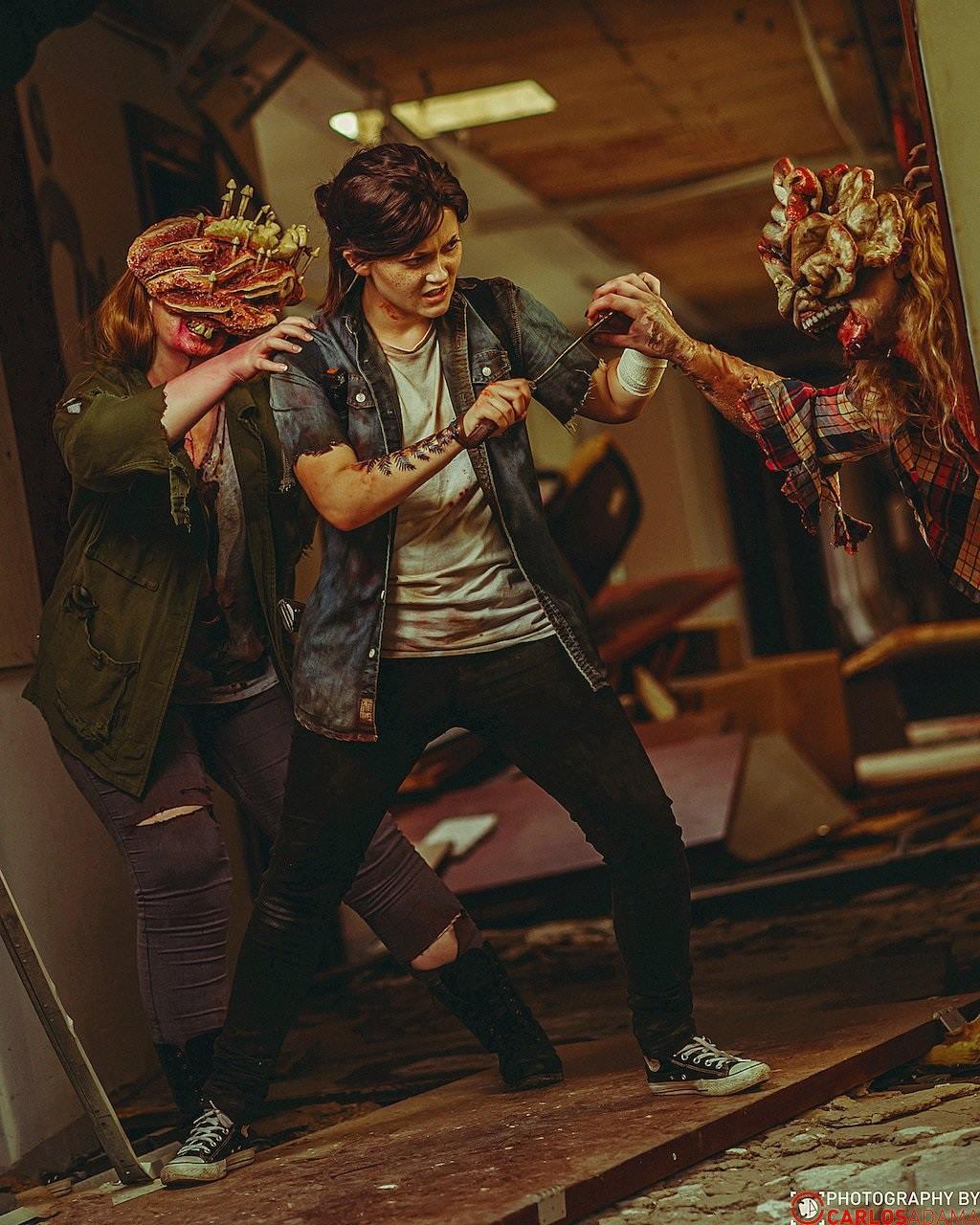 Cosplayer de Ellie enfrentando dois Clikers e reproduzindo uma cena de The Last of Us Part II.