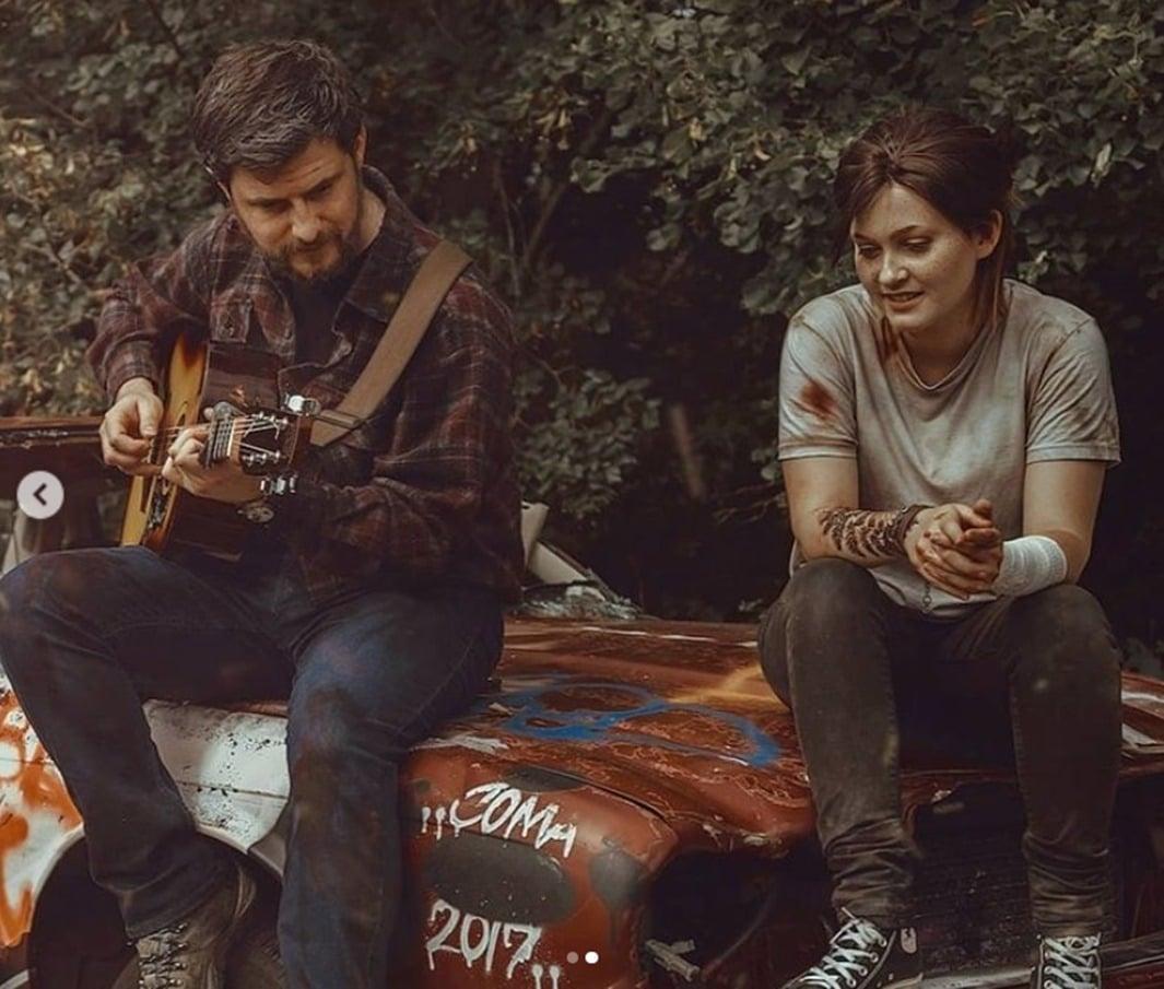Cosplayer de Ellie e Joel reproduzindo uma cena de The Last of Us Part II.