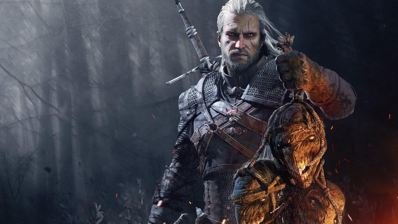 Geralt de Rivia segurando a cabeça de um monstro abatido em The Witcher 3, jogo desenvolvido pela CD Projekt Red.