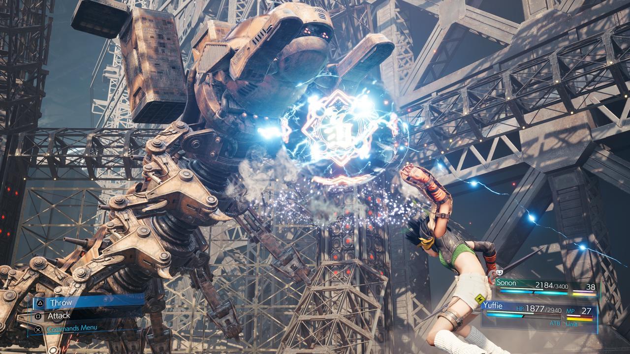 Imagem da personagem Yuffie utilizando um ataque especial em Final Fantasy VII Remake