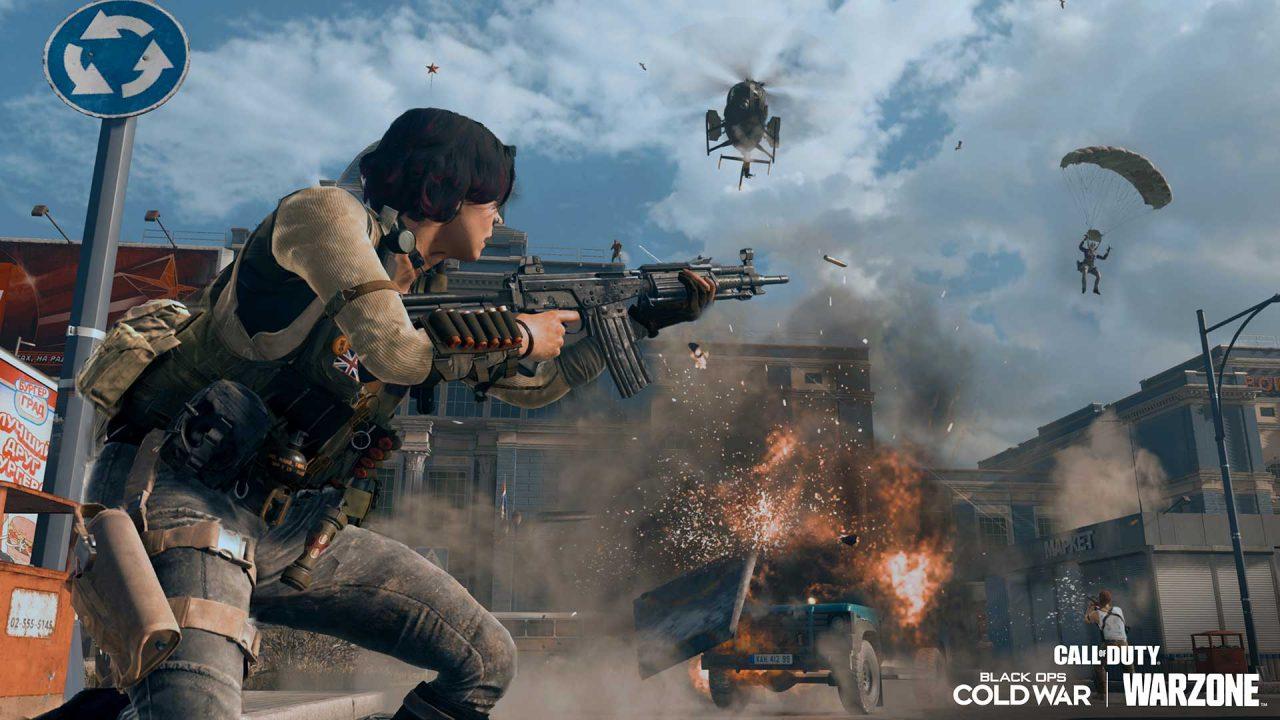 Imagem de capa de uma operadora segurando uma arma, com um carro explodindo em sua volta, helicóptero voando e um soldado descendo de paraquedas em Warzone