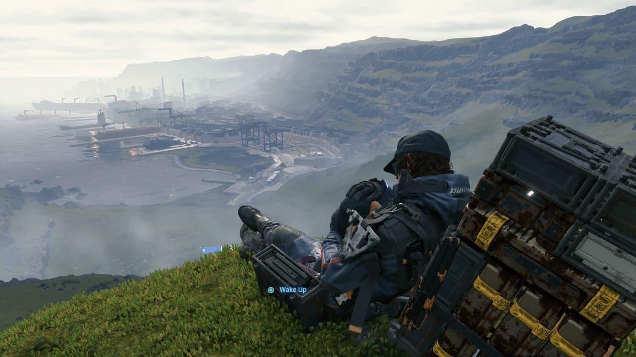 Sam e BB descansando no topo de uma colina no jogo Death Stranding.