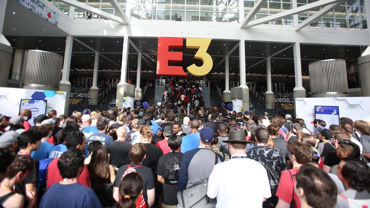 Aglomerado de pessoas nas escadarias da E3.
