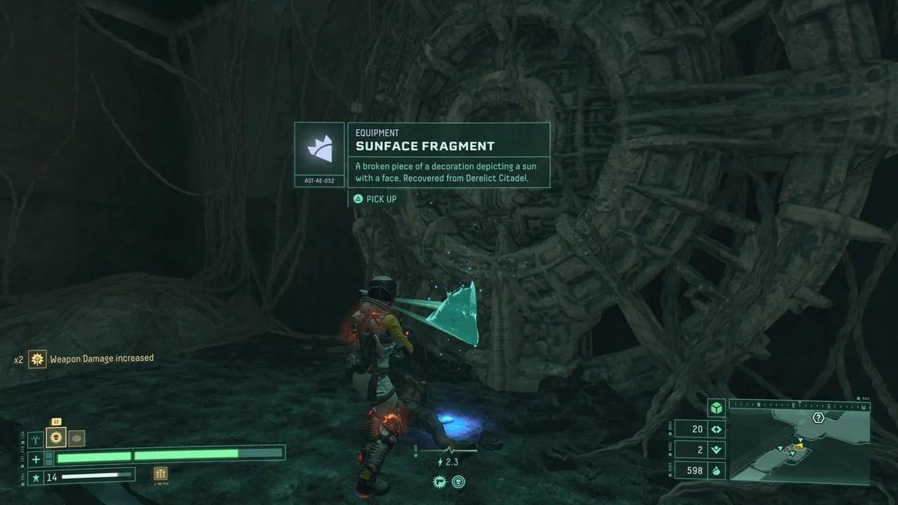 Imagem de capa da protagonista de Returnal escaneando um corpo