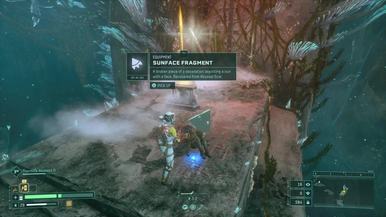 Imagem de capa da protagonista de Returnal obtendo um item no jogo