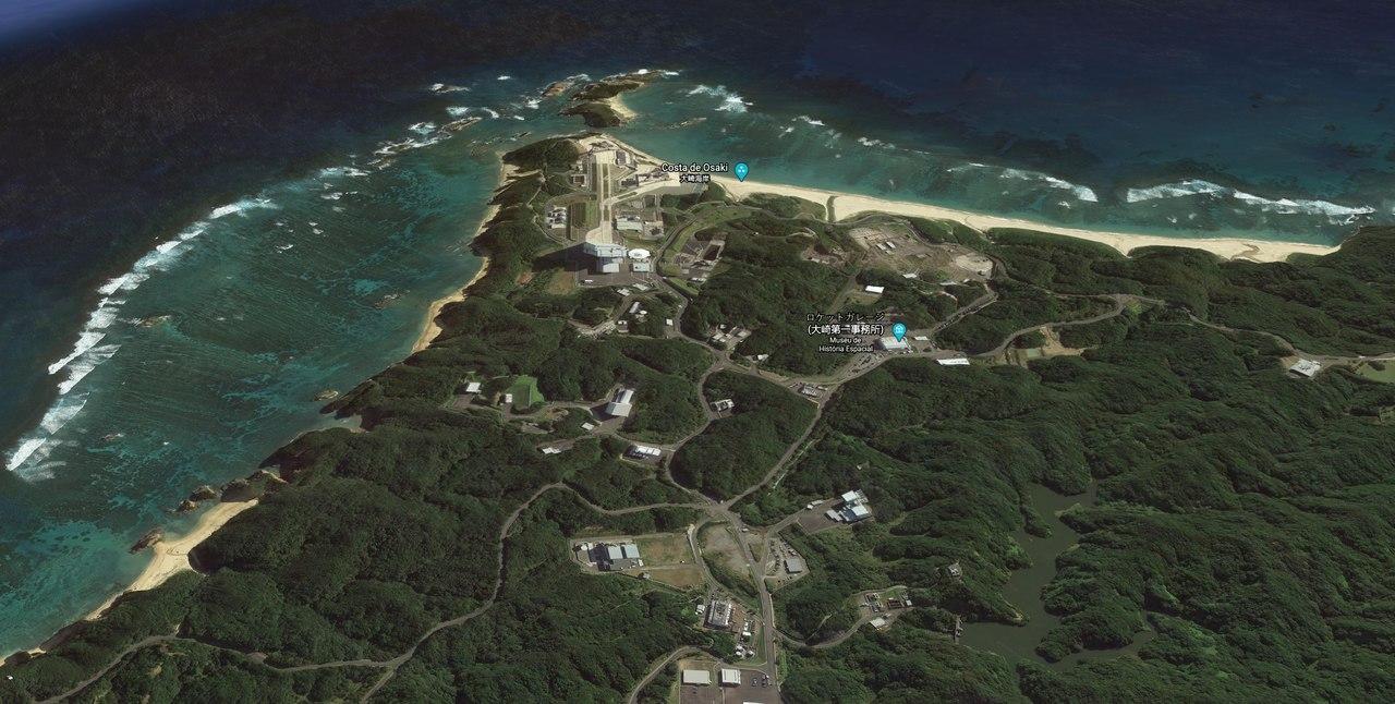 Imagem de uma ilha no Japão, com muita vegetação e uma base espacial