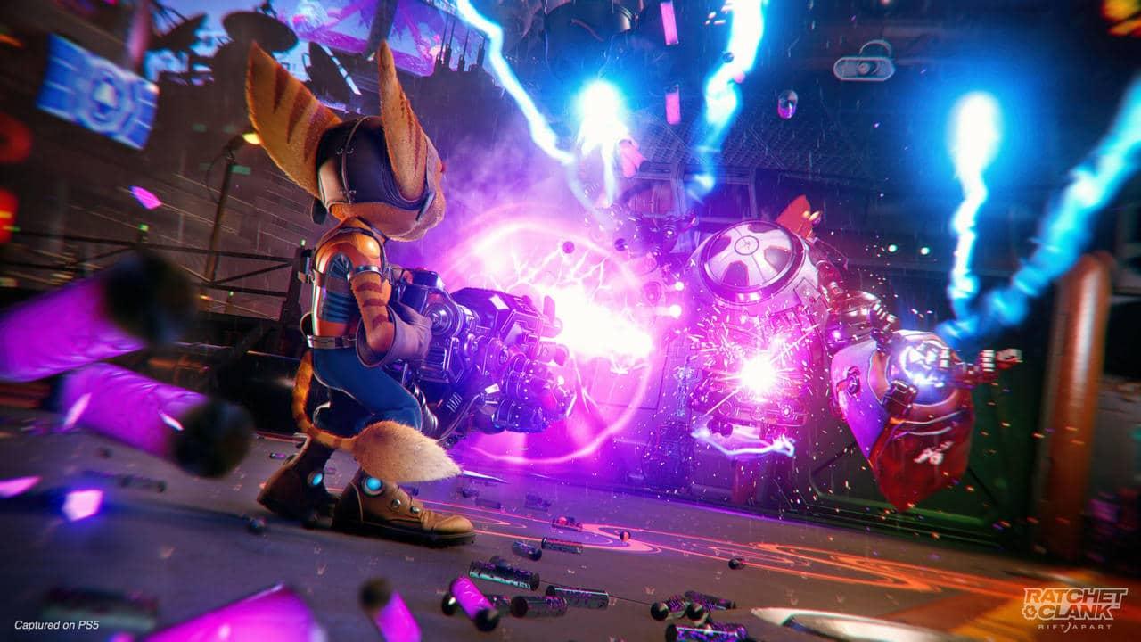 Imagem do protagonista do novo Ratchet & Clank utilizando uma arma que solta raio em inimigo