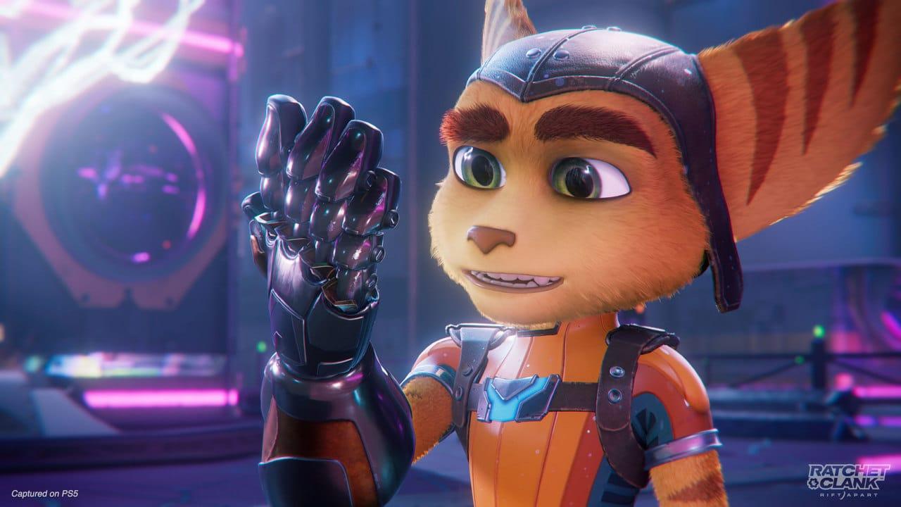 Imagem do protagonista do novo Ratchet & Clank olhando para uma luva