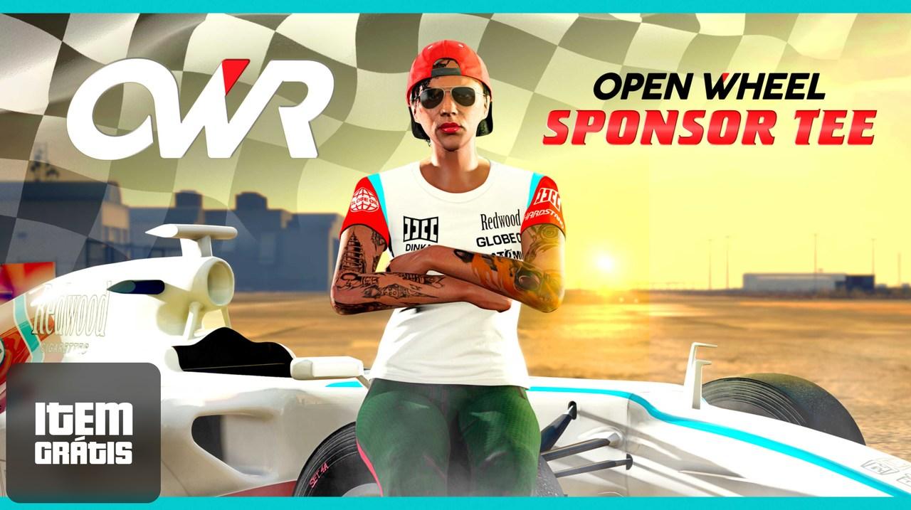 """Imagem de uma pessoa com os braços cruzados, apoiada em um veículo e corrida e utilizando a camiseta """"Patrocinador roda exposta"""" de GTA Online"""