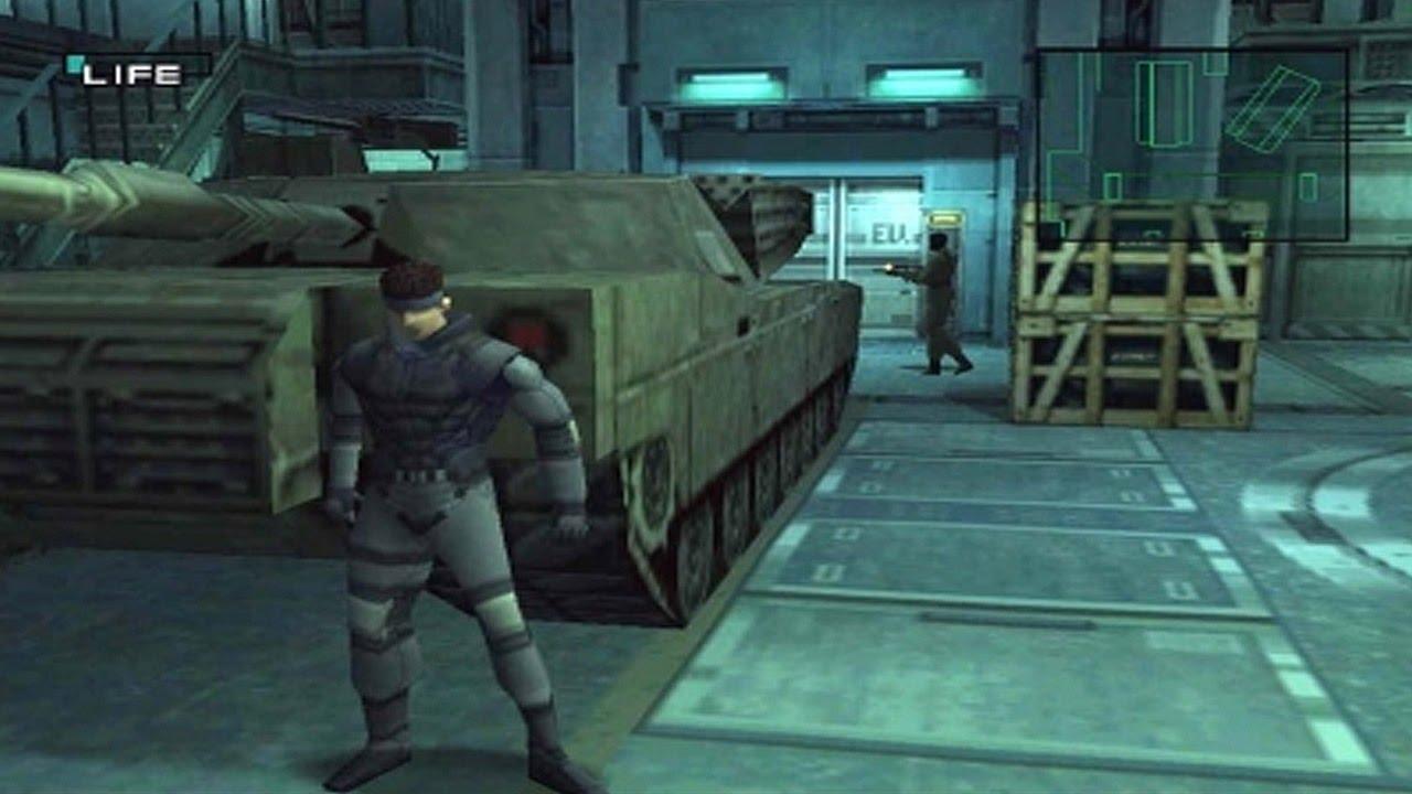 Metal Gear Solid - PlayStation 1 - Personagem escondido atrás de um tanque de guerra