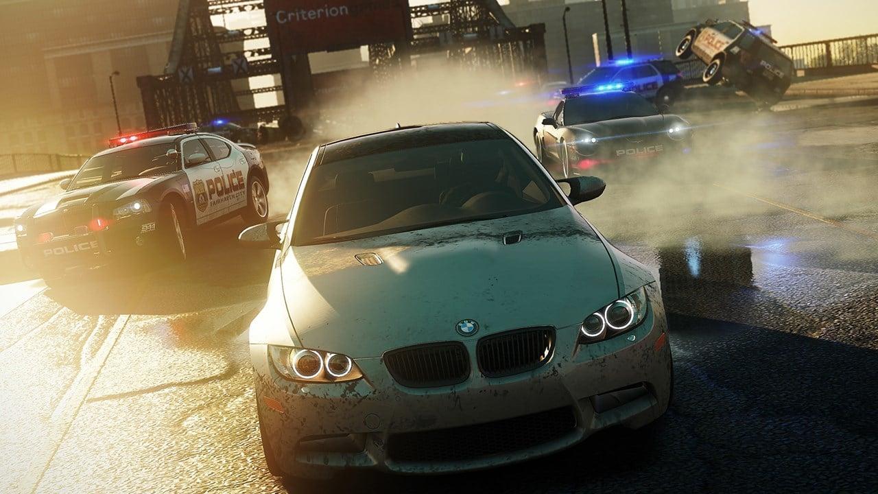 Need For Speed: Most Wanted, jogo de PlayStation 2, com um carro fugindo enquanto vários policiais estão o perseguindo.