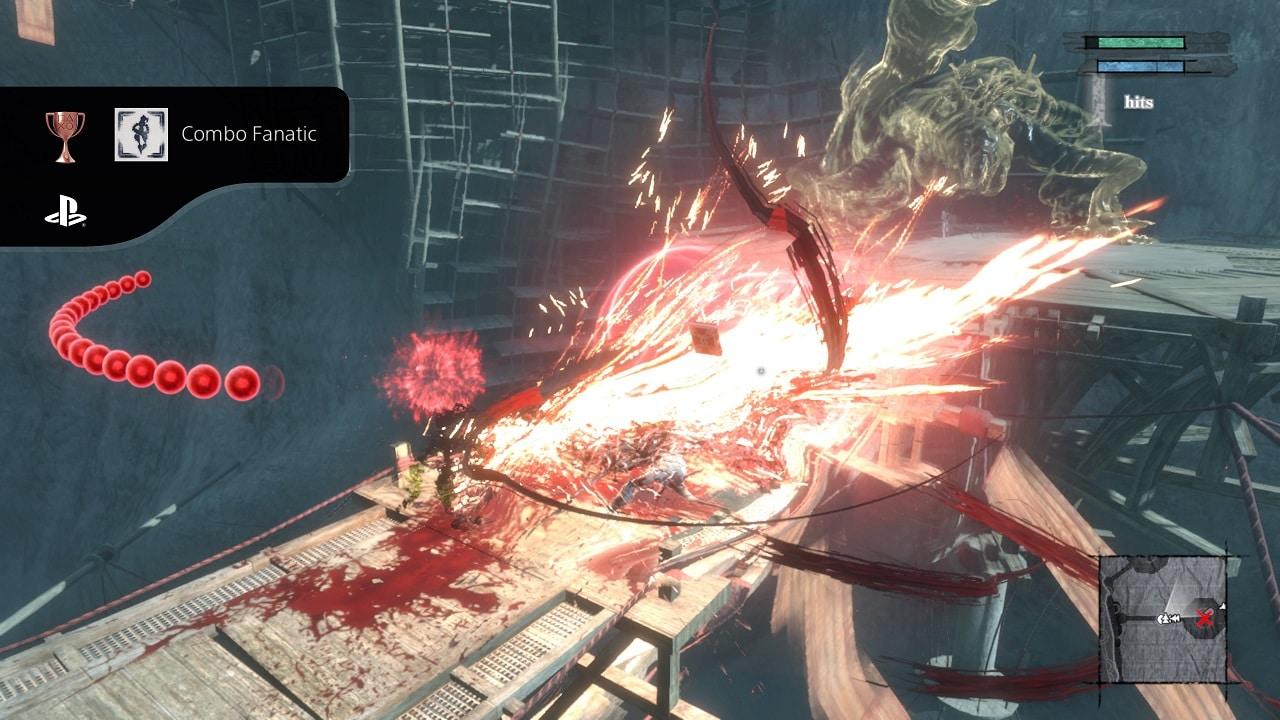 Imagem de NieR Replicant que mostra uma luta intensa e com um símbolo de troféu do PS5 no lado esquerdo