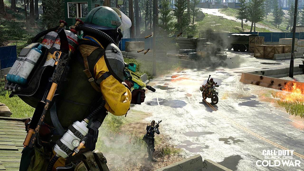 Imagem de um soldado com uma arma olhando outros dois personagens na 3ª temporada de Black Ops Cold War e Warzone