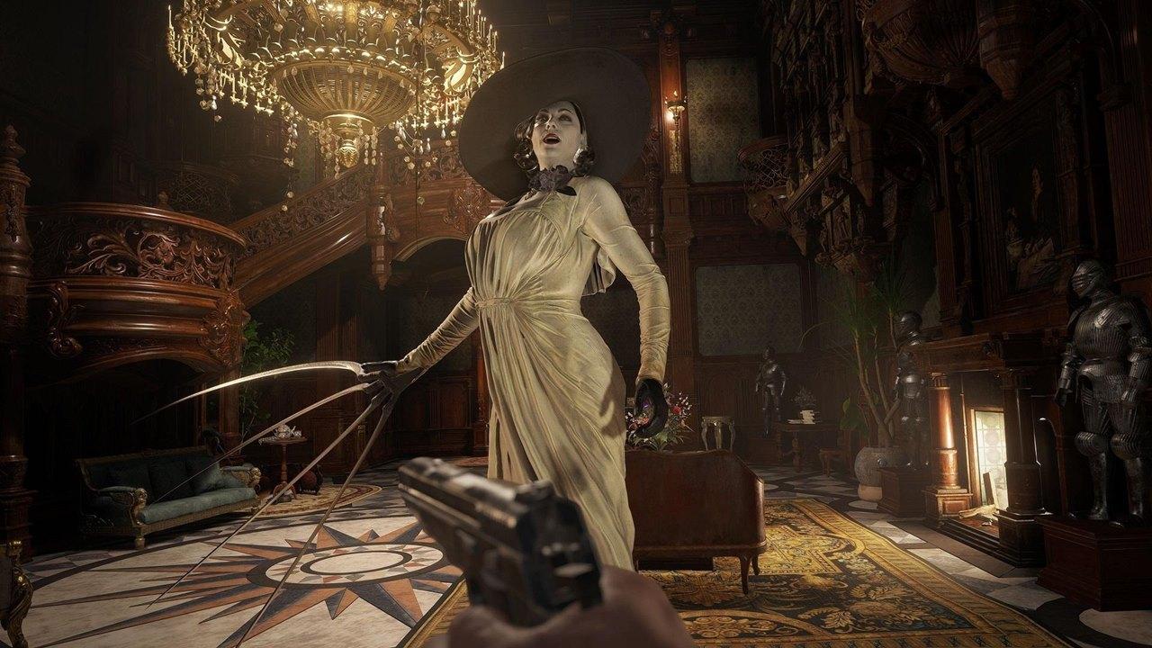 Lady Dimitrescu, vilã de Resident Evil Village, no hall de seu castelo encarando Ethan com as unhas prontas para o ataque.