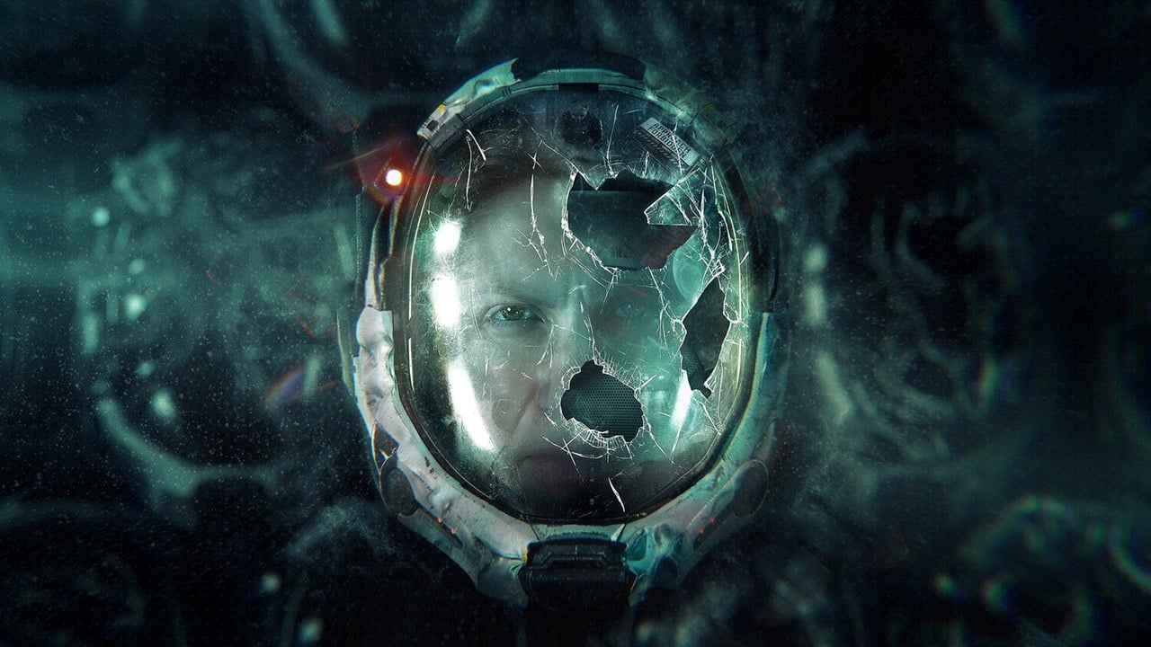 Selene, protagonista de Returnal, com o vidro do capacete quebrado