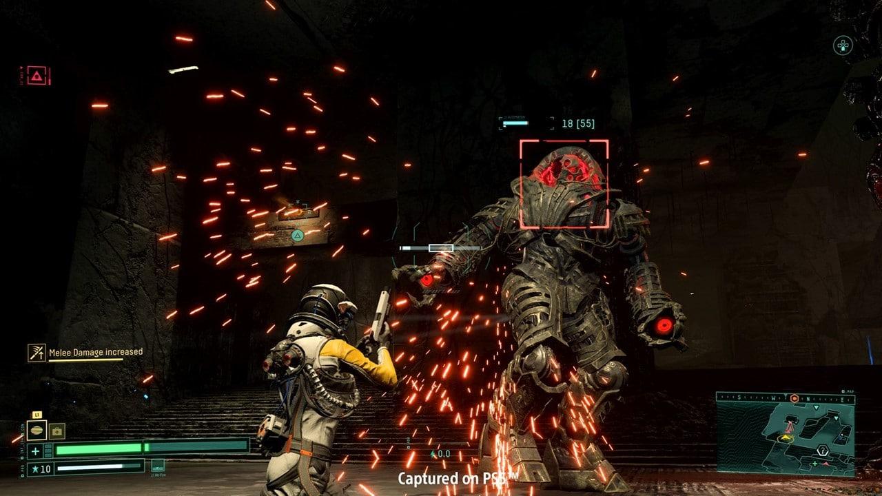 Cena de gameplay de Returnal em que Selene atira em um monstro do planeta Atropos.