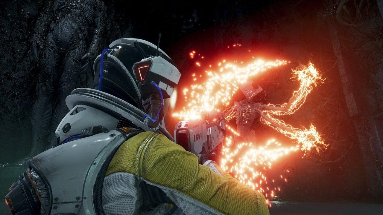 Selene, protagonista de Returnal, atirando em alienígenas
