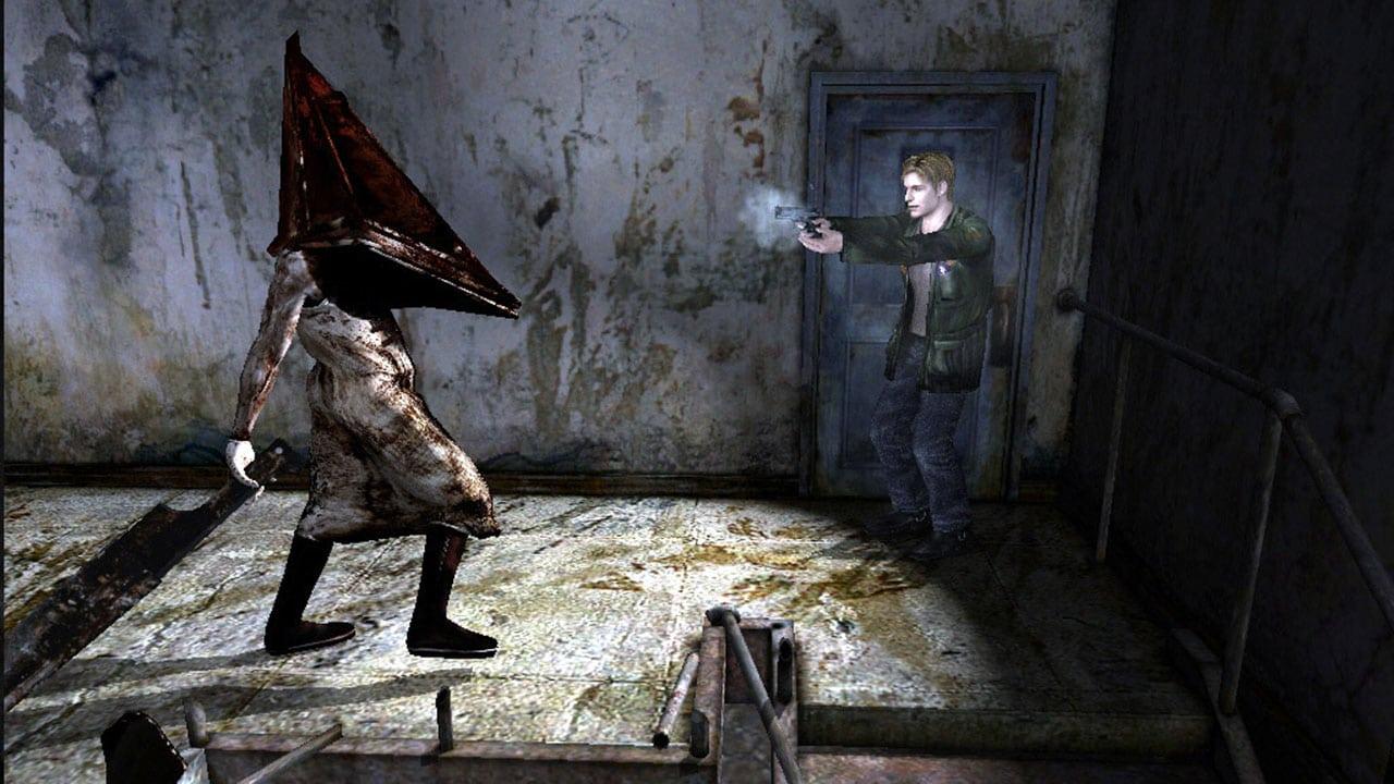 Imagem de Silent Hill 2, um dos melhores jogos de PlayStation 2, mostrando o protagonista, James Sunderland, sendo pego pelo temível Pyramid Head, vilão da franquia.