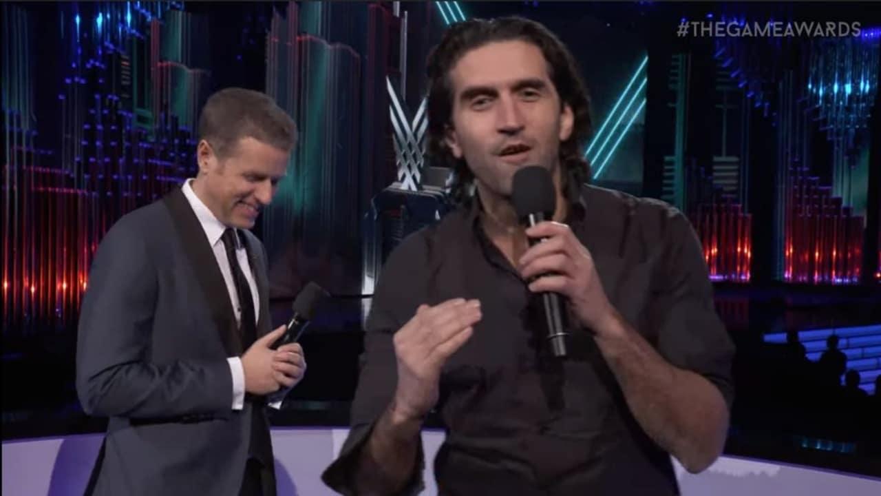 Josef Farres e Geoff Keighley apresentando no palco do The Game Awards.