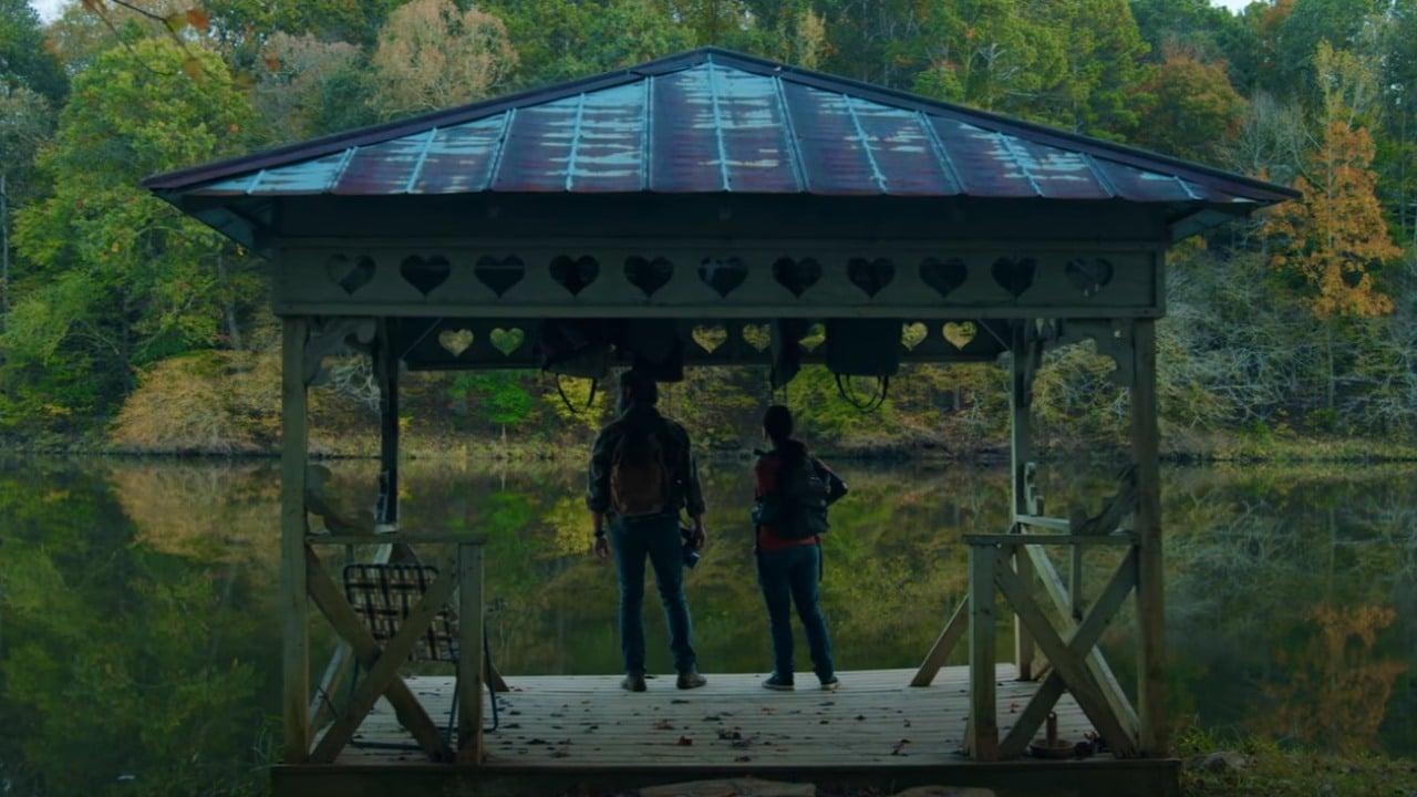 Atores e fãs interpretando Joel e Ellie em um filme amador de The Last of Us
