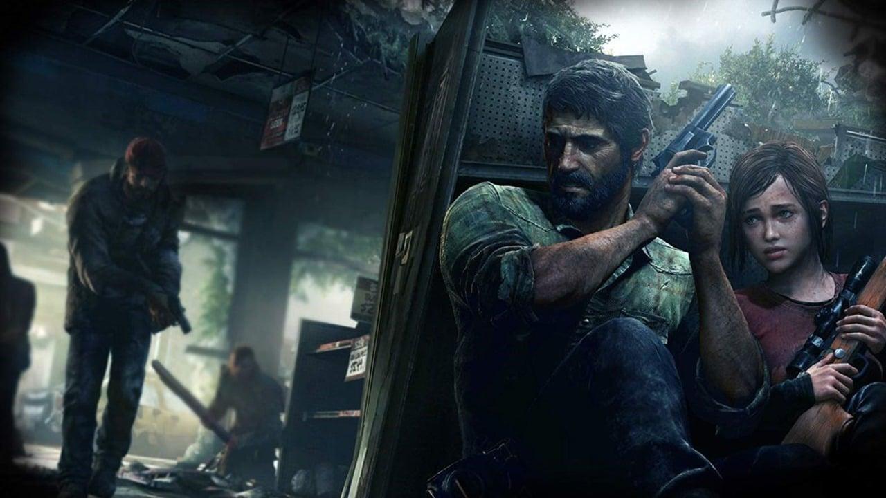 Joel e Ellie de The Last of Us entocados e armados enquanto inimigos se aproximam.