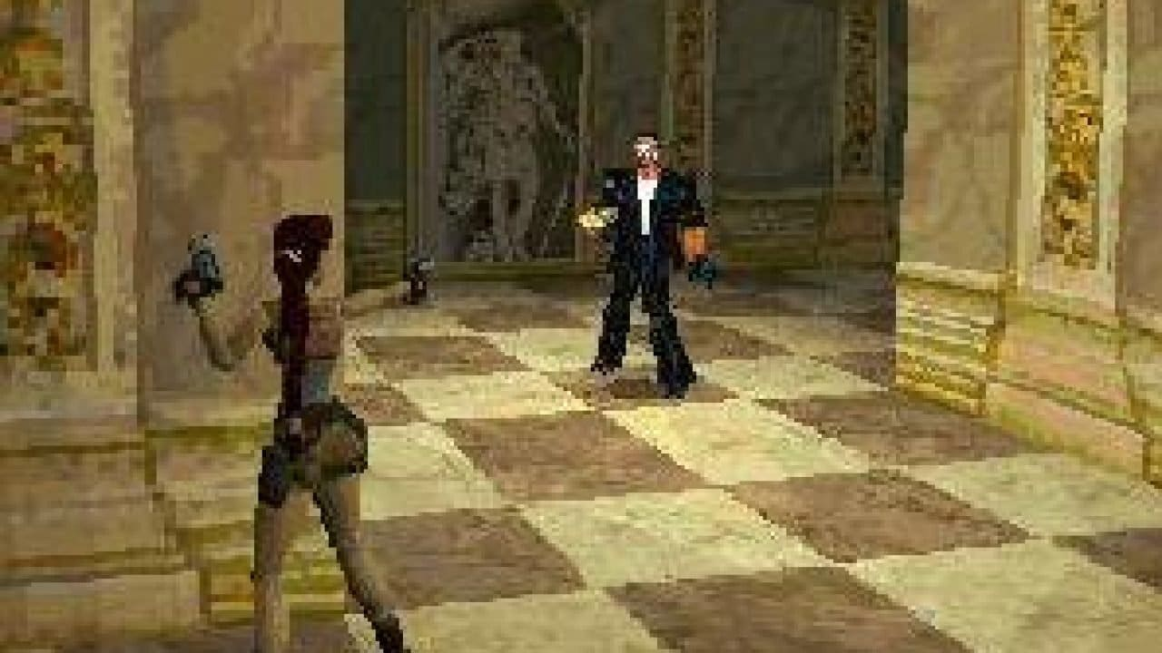 Tomb Raider 2 - PlayStation 1 - Lara Croft apontando sua pistola para um homem de terno