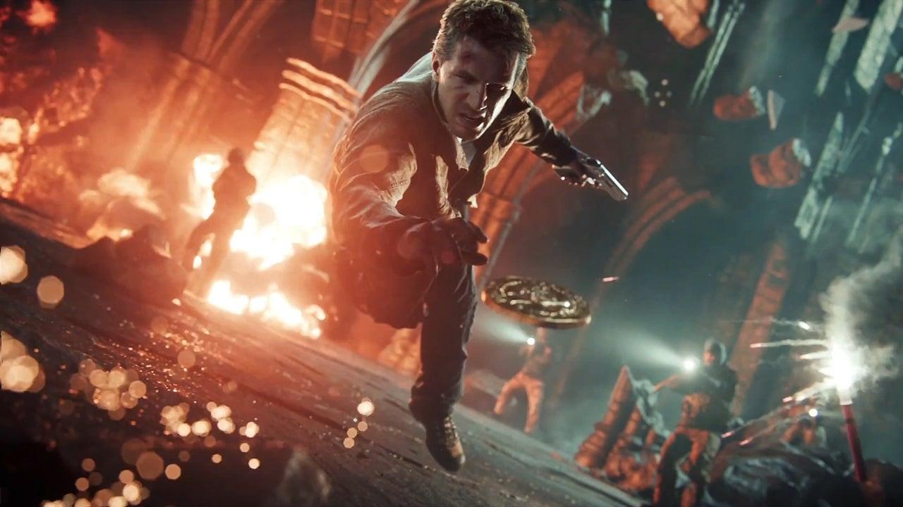 Nathan Drake tentando pegar uma moeda em Uncharted 4.