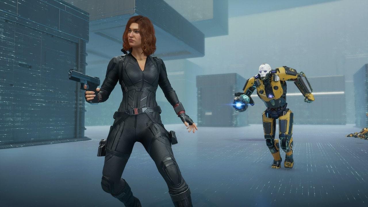 Imagem de Viúva Negra em Marvel's Avengers segurando uma arma com um inimigo indo atacar suas costas