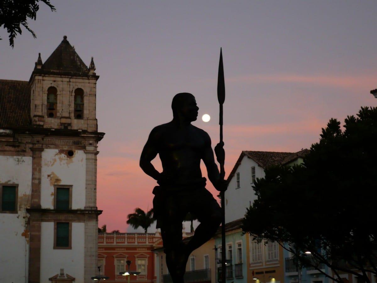 Silhueta da estátua de Zumbi dos Palmares no Palourinho, Bahia, que inclusive seria um ótimo palco para um novo game da franquia Assassin's Creed.